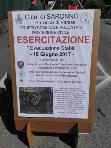 Il cartello di avviso dell'esercitazione di evacuazione stabili nel comune di Saronno